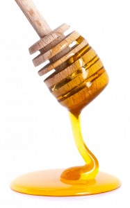 wooden-honey-dipper-with-honey